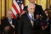 Obama Anugerahi Frank Gehry Medali Kebebasan
