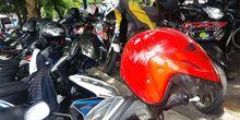 Jangan Letakkan Helm di Kaca Spion