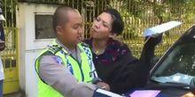 Pria Genit Ditilang, Polisi Mau Dicium