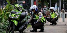 Polisi Tilang Puluhan Pengendara Motor yang Naik ke Trotoar