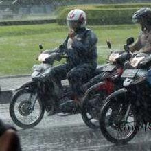 Korelasi Antara Jas Hujan dan Lampu Sepeda Motor