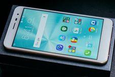 Asus ZenFone 3 ZE552KL dengan Android