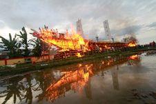 Tradisi Bakar Kapal Wangkang di Pontianak