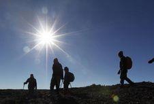 Suka Mendaki Gunung? Kenali Gejala 'Acute Mountain Sickness'