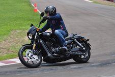 Meliuk Lincah dengan Harley-Davidson Street 500