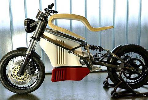 Sepeda Motor Listrik Nyentrik dengan Jok Kayu