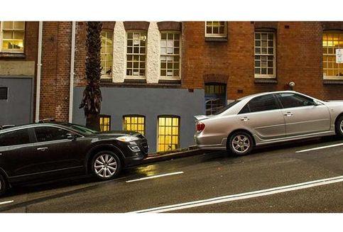 Aman atau Tidak Parkir Mobil di Turunan?