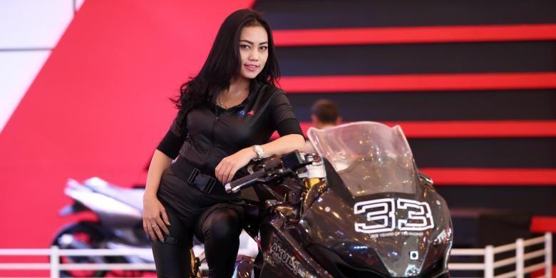 Sales promotion girl berpose saat Indonesia Motorcycle Show 2016 di Jakarta Convention Center, Kamis (3/11/2016). Pameran motor ini akan berlangsung hingga 6 November mendatang. KOMPAS IMAGES/KRISTIANTO PURNOMO