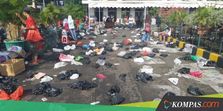 Usai Shalat Id Sampah Berserakan Di Halaman Masjid