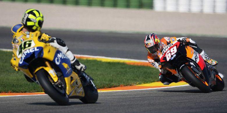 Valentino Rossi (depan) saat berhadapan dengan Nicky Hayden
