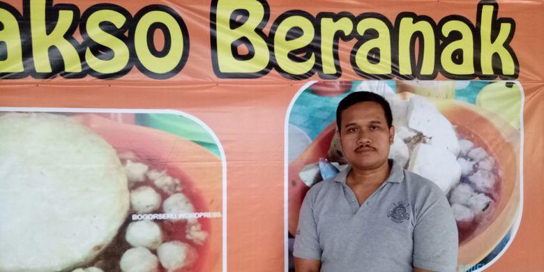 Pria yang akrab disapa Oding inilah konon cikal bakal tren bakso Beranak, saat ditemui KompasTravel di kedainya Big Bakso Family, Bogor, Minggu (16/7/2017).