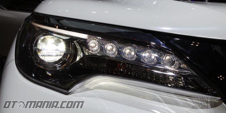 Toyota Fortuner TRD Sportivo meluncur di Gaikindo Indonesia International Auto Show (GIIAS). Kini semua varian Fortuner menggunakan spion lipat otomatis, lampu utama Bi-Beam LED, dan rem cakram di roda belakang.