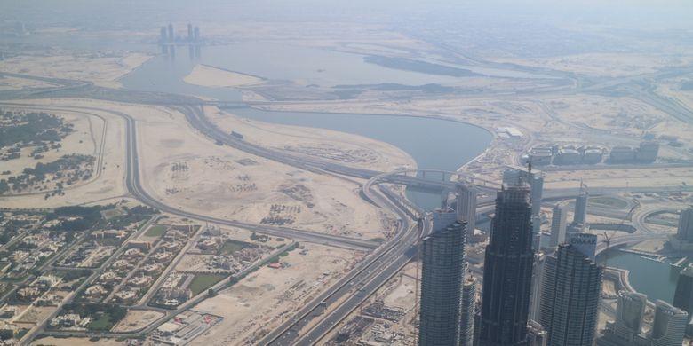 Pemandangan Teluk Dubai dilihat dari lantai 148 Gedung Burj Khalifa, Dubai, Uni Emirates Arab, Kamis (27/10/2017). Burj Khalifa memiliki tinggi 868 meter atau 2.717 meter di atas permukaan laut. Tinggi Burj Khalifa sendiri dua kali lipat Menara Eiffel, Paris dan lebih tinggi dari Gunung Bromo bila diukur dari permukaan laut.