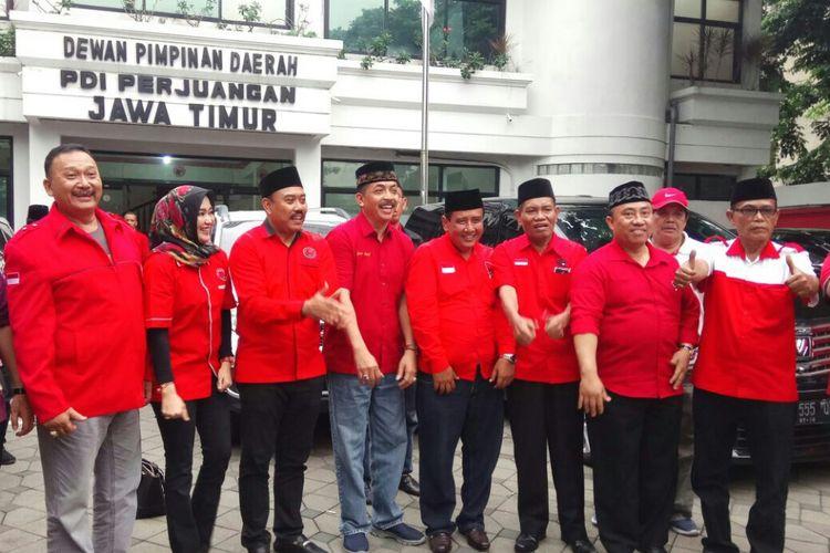 Kombes Syafiin (empat dari kiri) saat mendatangi kantor DPD PDIP Jatim Kamis (4/1/2018) sore