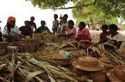 Asyiknya Membuat Noken di Pulau Sauwandarek Raja Ampat