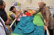 Jenguk Pasien Anak yang Diantar Gerobak, Risma Janjikan Kursi Roda