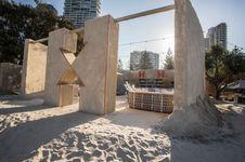 Kini Anda Bisa Menginap di Hostel yang Terbuat dari Pasir