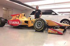 """Cerita Agus, """"Tukang Stiker"""" Mobil Formula 2 Sean Gelael"""