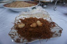 Apa Rasanya Makan Ulat Sagu Hidup-hidup di Raja Ampat?
