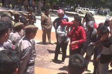 Demo Ricuh, Mahasiswa Hamburkan Pupuk Palsu di Kantor Gubernur Sulbar