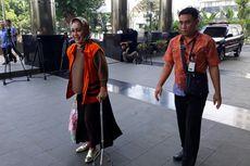 Wali Kota Tegal Pakai Tongkat Bantu Berjalan Saat Diperiksa KPK