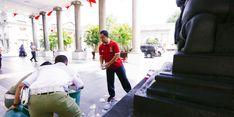 Hendrar Prihadi Turun Tangan Punguti Sampah Warga