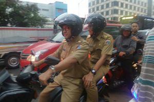 Usai Terkena Macet Naik Transjakarta, Anies-Sandi Boncengan Motor Terobos Mampang