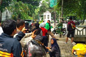 Sambil Berfoto dengan Tiang, Warga Bicarakan Kecelakaan Setya Novanto