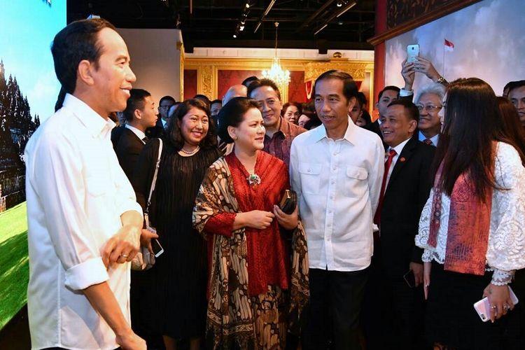 Presiden Joko Widodo didampingi Ibu Negara Iriana Jokowi melihat patung lilin figur dirinya di Museum Madame Tussauds Hongkong, Senin (1/5/2017).(Sekretariat Presiden)
