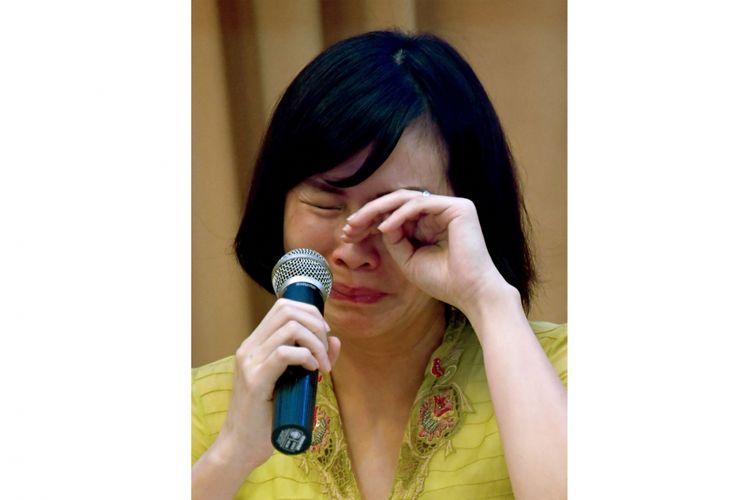 Veronica Tan menangis saat membacakan tulisan tangan suaminya, Basuki Tjahaja Purnama, saat jumpa pers di Cikini, Jakarta Pusat, Selasa (23/5/2017). Keluarga Ahok telah memutuskan untuk membatalkan banding dalam kasus penodaan agama.