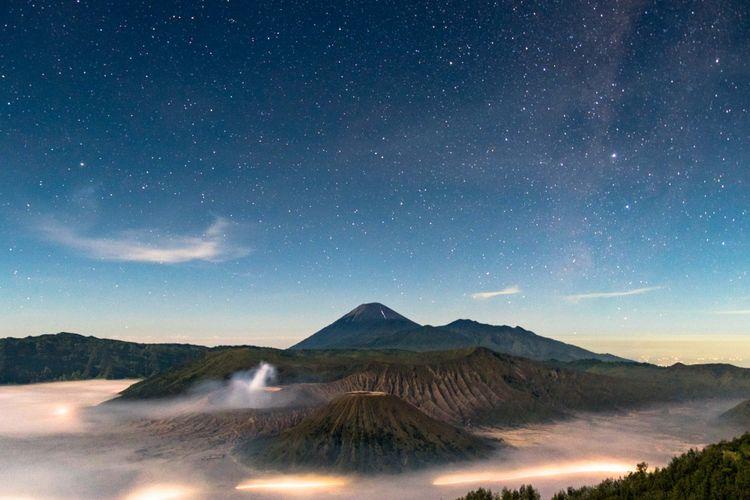 Pemandangan Gunung Batok, Bromo, dan Semeru dari Penanjakan 1 menjelang matahari terbit