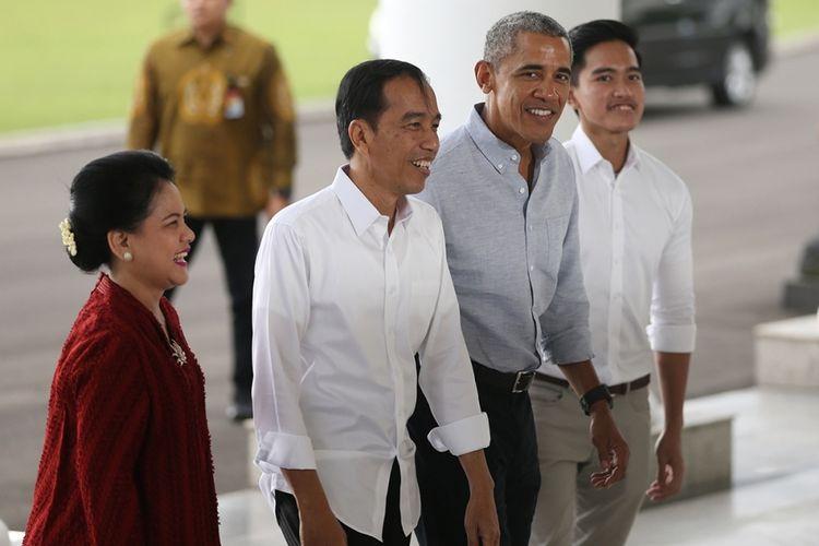 Mantan presiden AS Barack Obama (dua kanan) usai disambut Presiden Joko Widodo (dua kiri), Ibu Negara Iriana Widodo (kiri), dan putra Jokowi, Kaesang Pangarep, saat berkunjung ke Istana Kepresidenan di Bogor, Jawa Barat, Jumat (30/6/2017). Kunjungan itu digelar di sela kedatangan Obama ke Jakarta setelah sebelumnya menyambangi Bali dan Yogyakarta dalam rangka liburannya bersama keluarga di Indonesia.