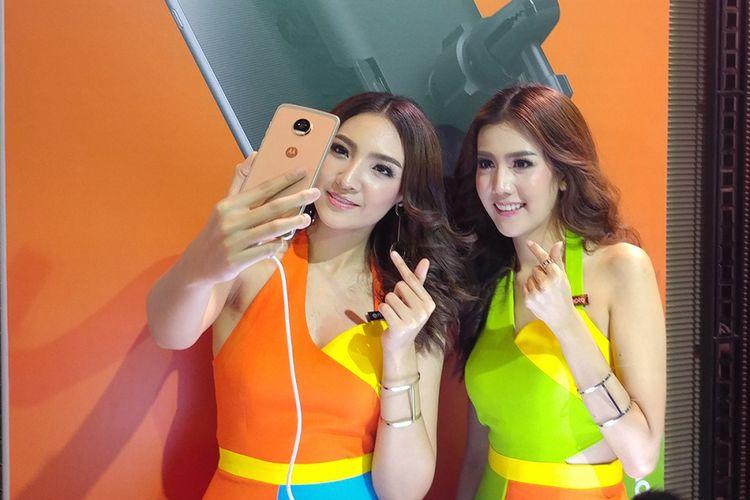Model memeragakan kamera selfie Moto Z2 Play di acara peluncuran di Bangkok, Rabu (5/7/2017).