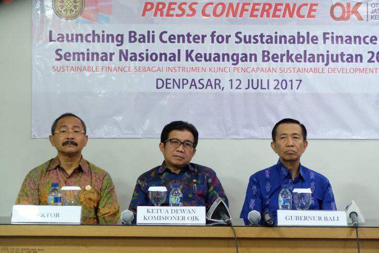 Rektor Universitas Udayana, Ketut Suastika (kiri), Ketua Dewan Komisioner OJK Muliaman D Hadad (tengah) dan Gubernur Bali I Made Mangku Pastika (kanan) Saat Launching Bali Center for Sustainable Finance (BCSF), di Universitas Udayana,Denpasar, Bali, Rabu (12/7/2017).