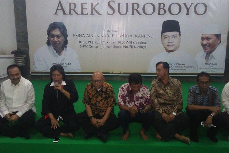 Emha Ainun Najib (dua dari kiri) dalam acara Halal Bi Halal Arek Suroboyo