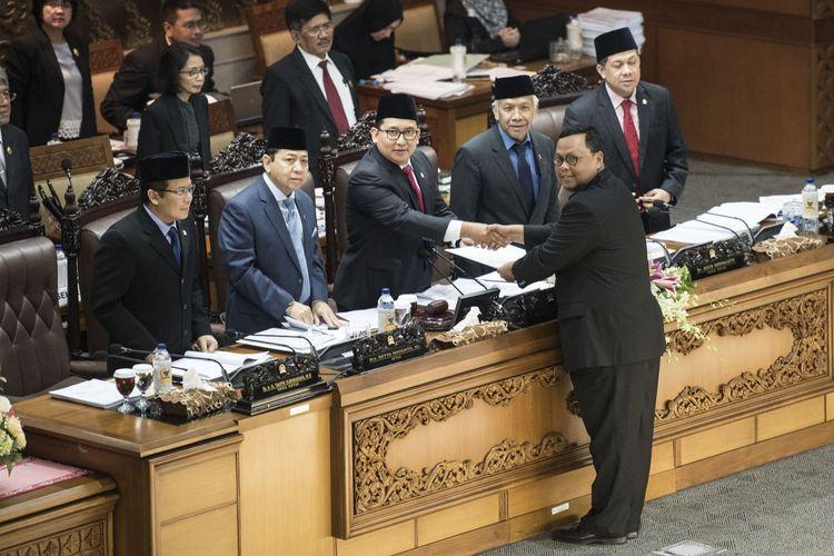 Ketua Pansus RUU Pemilu Lukman Edy (kedua kanan) menyerahkan laporan hasil kerja kepada pimpinan sidang, Fadli Zon (tengah), disaksikan Ketua DPR Setya Novanto (kedua kiri) Wakil Ketua DPR Agus Hermanto (ketiga kanan), Taufik Kurniawan (kiri) dan Fahri Hamzah (kanan) saat Rapat Paripurna ke-32 masa persidangan V tahun sidang 2016-2017 di Kompleks Parlemen, Senayan, Jakarta, Kamis (20/7/2017). Sidang Paripurna tersebut digelar dengan agenda antara lain pembacaan keputusan RUU Pemilu.