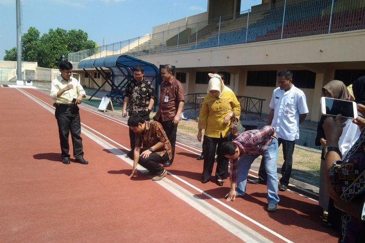 Yoyok Sukawi  saat meninjau lapangan sepakbola Kebundalem Kendal.
