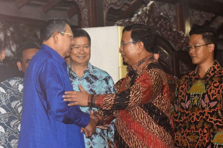 Ketua Umum Partai Demokrat Susilo Bambang Yudhoyono (kiri) berjabat tangan dengan Ketua Umum Partai Gerindra Prabowo Subianto (kedua kanan) sebelum mengadakan pertemuan tertutup di Puri Cikeas, Bogor, Jawa Barat, Kamis (27/7/2017).