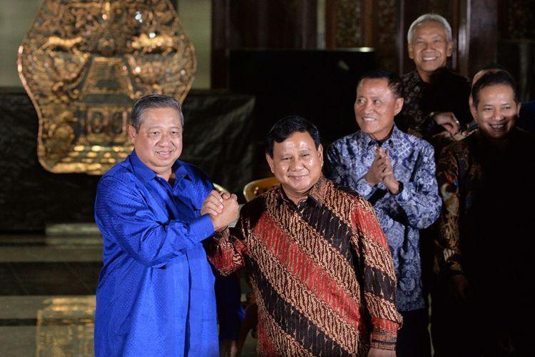 Ketua Umum Partai Demokrat Susilo Bambang Yudhoyono (kiri) melakukan salam komando dengan Ketua Umum Partai Gerindra Prabowo Subianto seusai mengadakan pertemuan tertutup di Puri Cikeas, Bogor, Jawa Barat, Kamis (27/7/2017). Pertemuan di antaranya menyikapi disahkannya UU Pemilu pada Sidang Paripurna DPR pekan lalu, di mana empat fraksi yakni Fraksi Partai Demokrat, Gerindra, PAN, dan PKS menolak penggunaan Presidential Treshold dalam pelaksanaan Pemilu Serentak 2019.