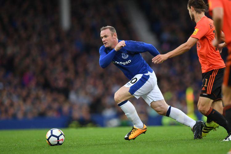 Penyerang Everton asal Inggris, Wayne Rooney, memburu bola dalam pertandingan leg pertama putaran ketiga kualifikasi Liga Europa melawan Ruzomberok di Goodison Park, Liverpool, Kamis (27/7/2017).