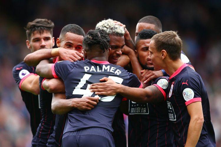 Para pemain Huddersfield Town merayakan gol Steve Mounie ke gawang Crystal Palace pada parta Liga Inggris di Stadion Selhurst Park, Sabtu (12/8/2017).