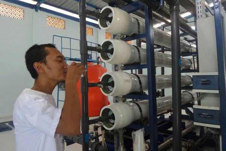 Air laut yang sudah diolah dengan alat Sea Water Reverve Osmosis (SWRO) dapat diminum. Foto diambil di SWRO Pulau Untung Jawa pada Sabtu (12/8/2017).