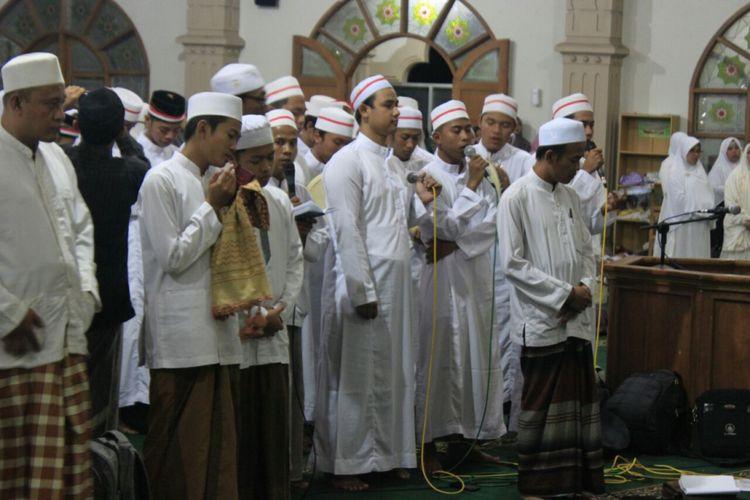 Seribuan santri dan umat muslim di Ungaran dan daerah sekitarnya mengucapkan deklarasi   Antiradikalisme dan Terorisme yang dihelat di Masjid Agung Al Mabrur Ungaran, Kabupaten Semarang,   Minggu (20/1/2017) malam.