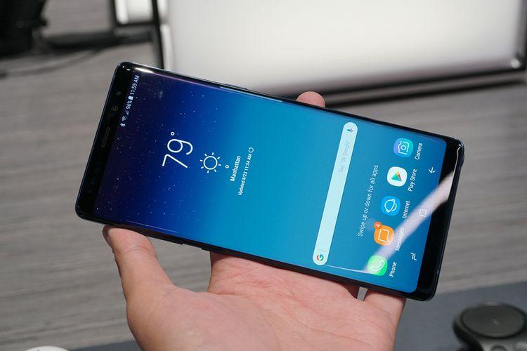 Galaxy Note 8 dalam genggaman.
