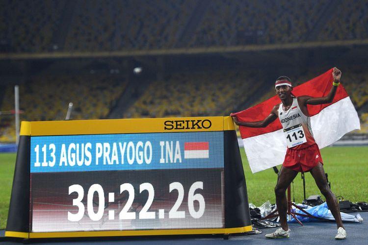 Atlet Indonesia Agus Prayogo menunjukkan catatan waktunya usai memenangkan nomor lari 10.000 meter putra SEA Games XXIX Kuala Lumpur di Stadion Bukit Jalil, Kuala Lumpur, Malaysia, Jumat (25/8/2017) malam. Agus berhasil menyabet medali emas dengan catatan waktu 30 menit 22,26 detik.