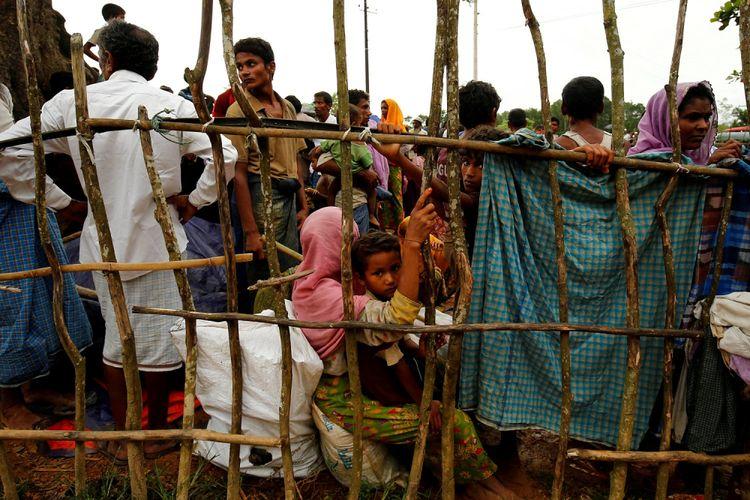 Pengungsi Rohingya baru menunggu memasuki kamp pengungsi sementara Kutupalang, di Cox Bazar Bangladesh, Rabu (30/8/2017).