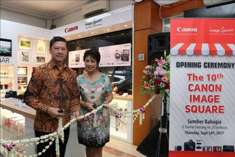 Pemilik Sumber Bahagia Wirotomo Thamrin bersama  Canon Division Director PT Datascrip, Merry Harun