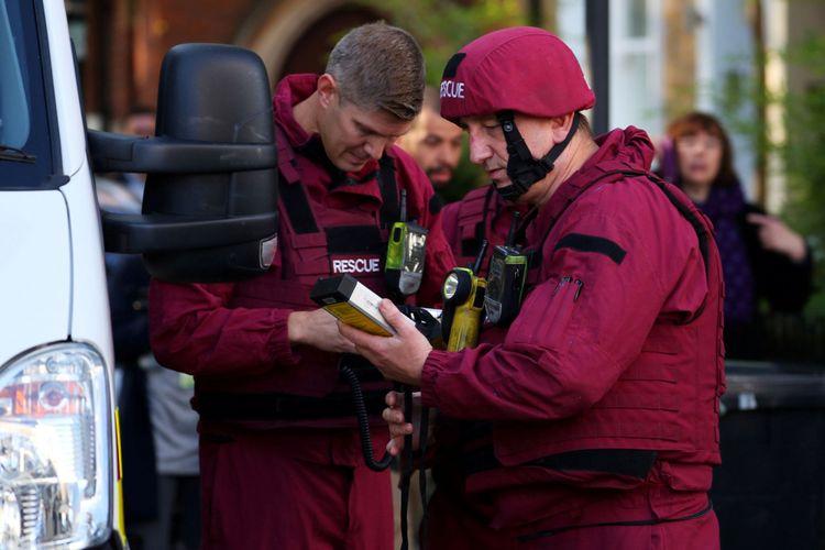 Anggota penjinak bom berjaga di jalan dekat stasiun kereta bawah tanah Parsons Green di London, Inggris, Jumat (15/9/2017).