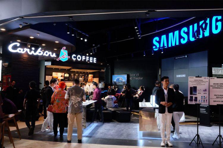 Samsung Galaxy International Store di sudut pusat perbelanjaan Lotte Avenue, Jakarta.