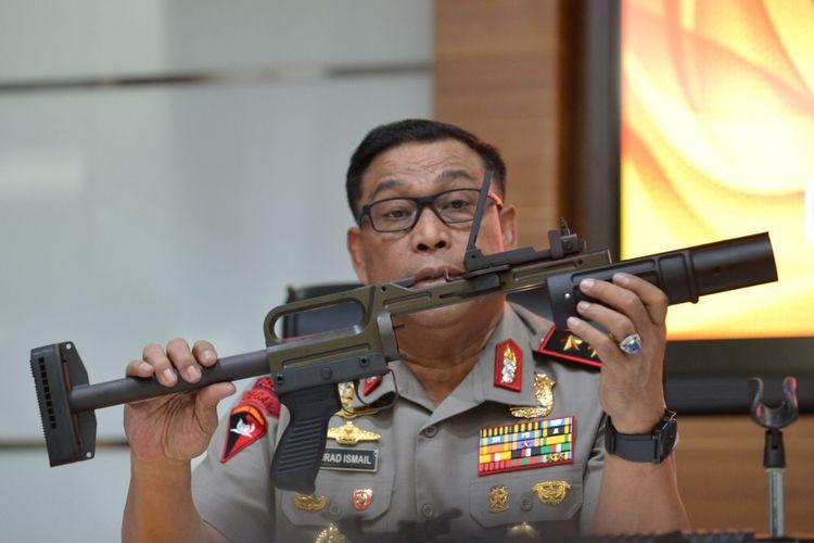 KaKorps Brimob Polri Irjen Pol Murad Ismail menunjukkan jenis senjata pelontar granat ketika memberikan keterangan di Mabes Polri, Sabtu (30/9). Korps brimob masih menunggu rekomendasi dari Badan Intelijen Strategis TNI terkait tertahannya 280 pucuk senjata pelontar granat dan 5932 pucuk amunisi di kepabeanan Bandara Soekarno Hatta. ANTARA FOTO/Wahyu Putro A/nz/17